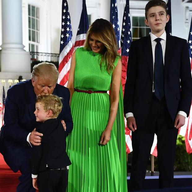 Những khoảnh khắc cười hiếm hoi gần đây nhất của Hoàng tử Nhà Trắng Barron Trump sau khi loạt hình ảnh buồn bã phủ sóng truyền thông - Ảnh 10.