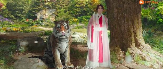 Netizen khóc thét vì Lee Dong Wook để tóc dài sến rện, quất cả cây màu hồng ở Bạn Trai Tôi Là Hồ Ly - Ảnh 4.