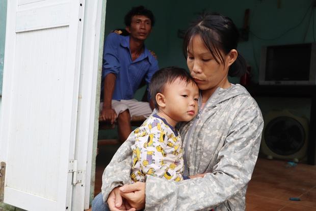 Chồng tâm thần, người mẹ ôm 4 đứa con nhem nhuốc trong căn nhà tốc mái sau bão số 9: Nhà mất rồi, mấy đứa nhỏ biết ngủ ở đâu - Ảnh 3.