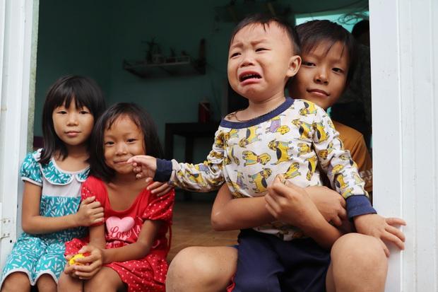 Chồng tâm thần, người mẹ ôm 4 đứa con nhem nhuốc trong căn nhà tốc mái sau bão số 9: Nhà mất rồi, mấy đứa nhỏ biết ngủ ở đâu - Ảnh 1.