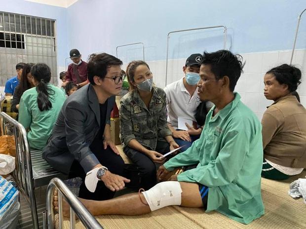 HHen Niê trực tiếp đến bệnh viện hỏi thăm và chia sẻ mất mát với các nạn nhân may mắn sống sót sau vụ sạt lở ở Trà Leng - Ảnh 3.