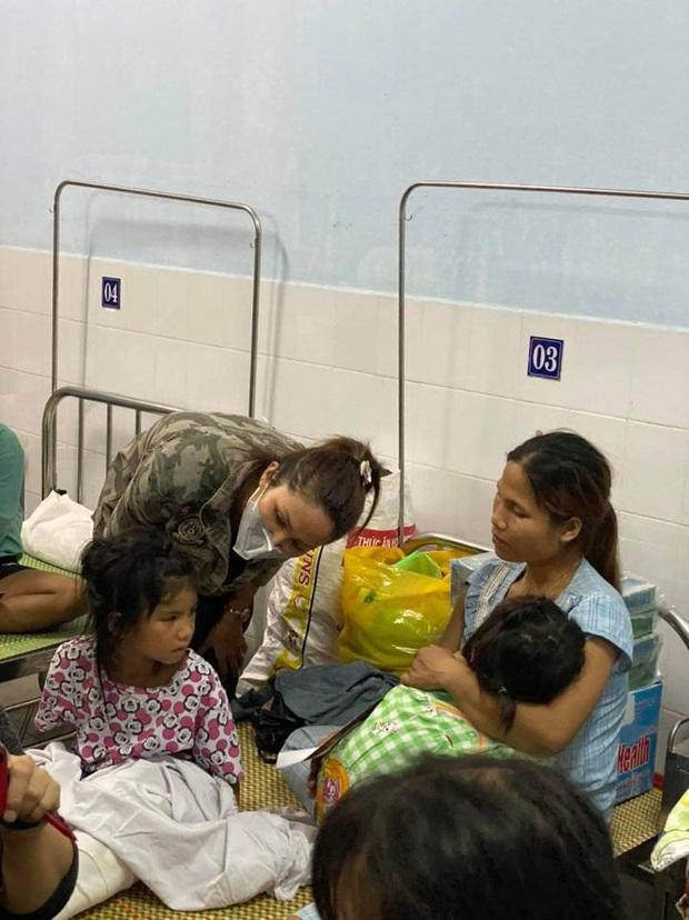HHen Niê trực tiếp đến bệnh viện hỏi thăm và chia sẻ mất mát với các nạn nhân may mắn sống sót sau vụ sạt lở ở Trà Leng - Ảnh 2.