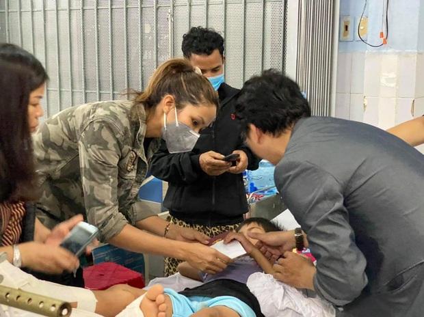 HHen Niê trực tiếp đến bệnh viện hỏi thăm và chia sẻ mất mát với các nạn nhân may mắn sống sót sau vụ sạt lở ở Trà Leng - Ảnh 5.