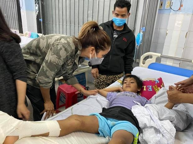 HHen Niê trực tiếp đến bệnh viện hỏi thăm và chia sẻ mất mát với các nạn nhân may mắn sống sót sau vụ sạt lở ở Trà Leng - Ảnh 4.