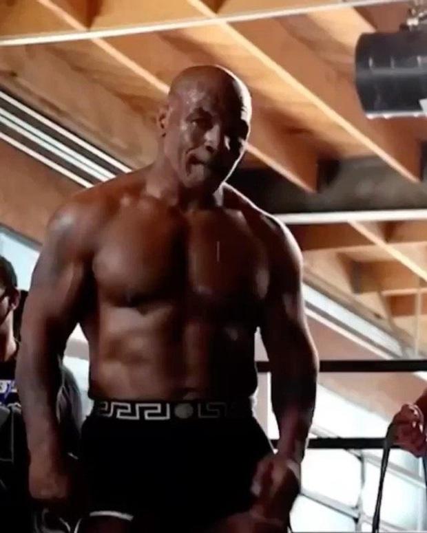 Tay đấm thép Mike Tyson xác nhận đã lột xác thành công, tuổi 54 mà body như thời em chưa 18 - Ảnh 1.