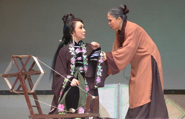 6 vai diễn để đời của nghệ sĩ Ánh Hoa: Từ Mùa Len Trâu tới Cổng Mặt Trời, nhìn đâu cũng nhớ người mẹ tần tảo ở phim Việt - Ảnh 3.