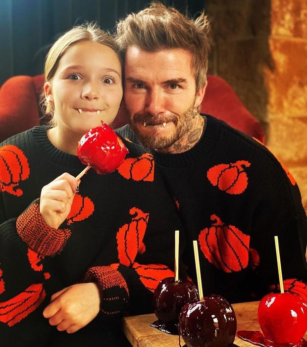 Điển trai cũng là cái khổ: David Beckham kỳ công lên đồ để dọa các fan dịp Halloween, các fan chẳng những không sợ lại còn thi nhau vào thả tim - Ảnh 1.