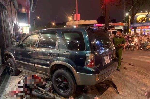 TP.HCM: Ô tô điên tông hàng loạt xe máy tại giao lộ, nhiều nạn nhân nằm la liệt khiến người đi đường kinh hãi - Ảnh 1.