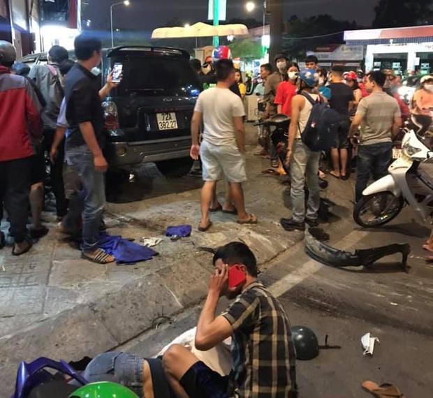 TP.HCM: Ô tô điên tông hàng loạt xe máy tại giao lộ, nhiều nạn nhân nằm la liệt khiến người đi đường kinh hãi - Ảnh 2.