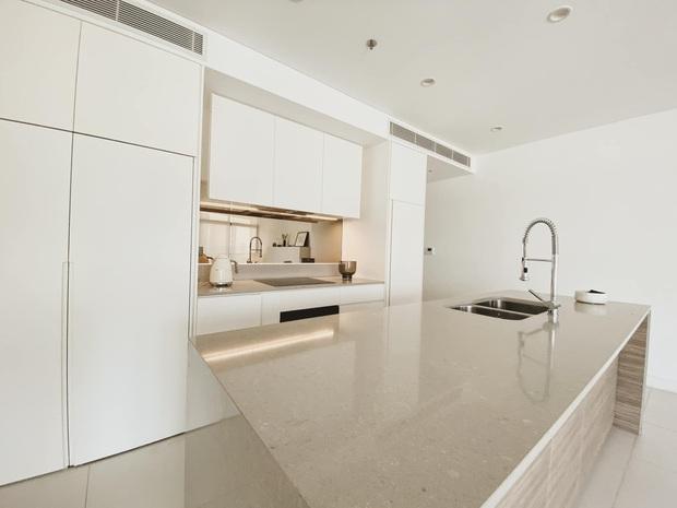 Căn nhà màu trắng của nhà thiết kế Lâm Gia Khang: Cứ nghĩ đơn điệu nhưng trông sang quá - Ảnh 3.