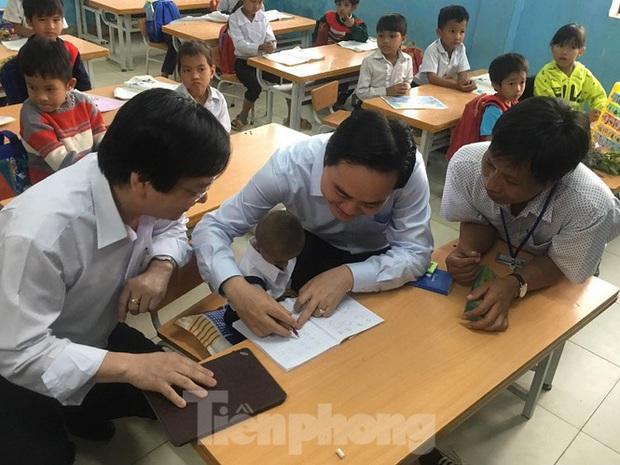 Bộ trưởng Giáo dục chia buồn tới gia đình và nhà trường học sinh tí hon nhất Việt Nam - Ảnh 1.