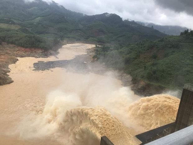 Quảng Nam lại sạt lở núi khiến 1 người chết, hồ Phú Ninh và nhiều thủy điện xả lũ - Ảnh 1.