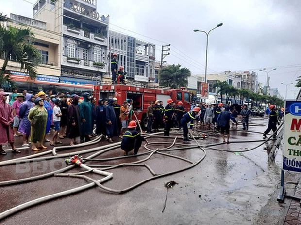 Bình Định xảy ra 2 vụ cháy nhà trong cơn bão số 12 - Ảnh 1.