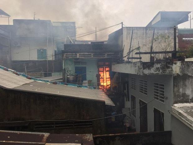 Bình Định xảy ra 2 vụ cháy nhà trong cơn bão số 12 - Ảnh 2.