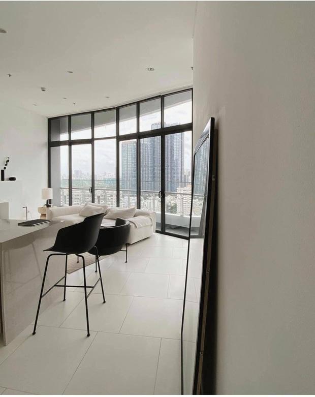 Căn nhà màu trắng của nhà thiết kế Lâm Gia Khang: Cứ nghĩ đơn điệu nhưng trông sang quá - Ảnh 4.