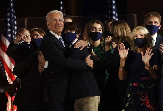 """Bằng tuổi """"Hoàng tử Nhà Trắng"""" Barron Trump, cháu trai của ông Joe Biden cũng gây chú ý nhờ vẻ ngoài anh tuấn cùng chiều cao khủng - Ảnh 3."""