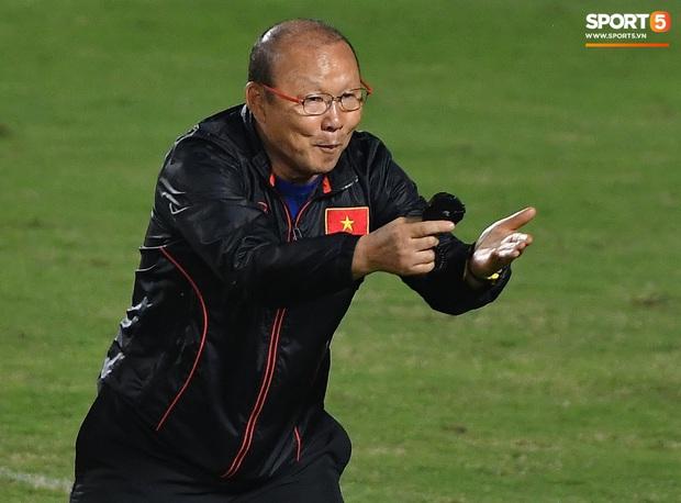 Từ cười đùa vui vẻ, HLV Park Hang-seo bật mode nghiêm khắc khi học trò không theo kịp chỉ đạo - Ảnh 4.