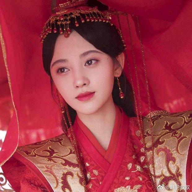 Hết lôi đồ cũ ra mặc, Cúc Tịnh Y lại mượn váy áo của Bành Tiểu Nhiễm để đi đóng phim đây này - Ảnh 2.
