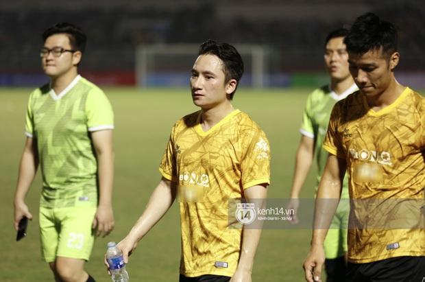 Dàn cầu thủ và sao Việt cực cháy trong trận bóng đá vì miền Trung, khoảnh khắc Jack - Quang Hải chung khung hình gây sốt - Ảnh 7.