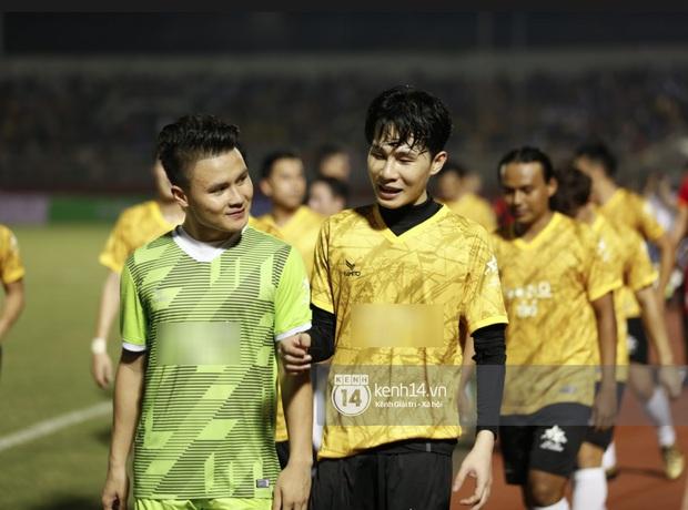 Dàn cầu thủ và sao Việt cực cháy trong trận bóng đá vì miền Trung, khoảnh khắc Jack - Quang Hải chung khung hình gây sốt - Ảnh 5.