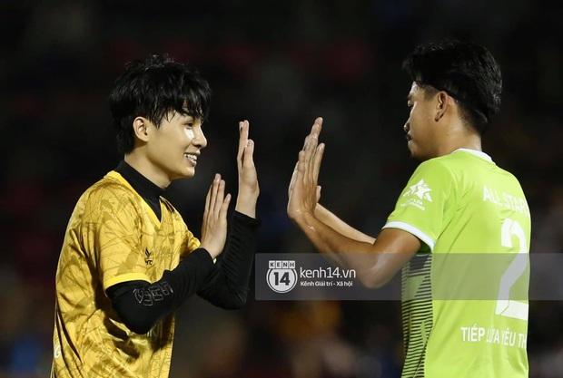Dàn cầu thủ và sao Việt cực cháy trong trận bóng đá vì miền Trung, khoảnh khắc Jack - Quang Hải chung khung hình gây sốt - Ảnh 14.