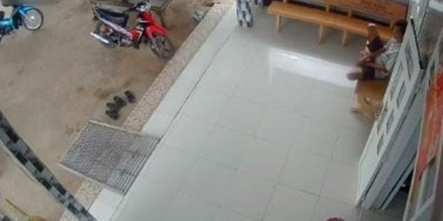 Nghe tin con gái đi học xa sắp về, mẹ liền gửi đoạn video ghi hành động lạ của bố khiến cô khóc nức nở - Ảnh 3.