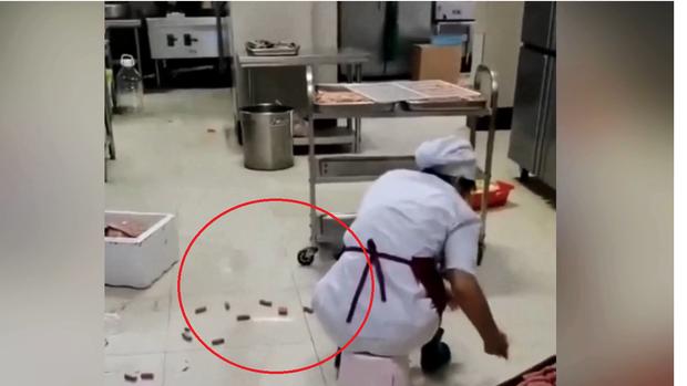 Nhân viên căng tin trường dùng chân rửa rau khiến dân mạng phẫn nộ, thực phẩm vung vãi dưới sàn nhưng không thèm vệ sinh - Ảnh 2.