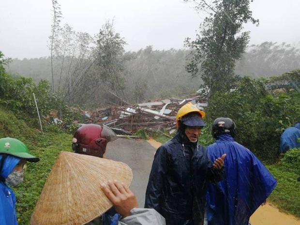 Clip khoảnh khắc sạt lở núi vùi lấp người đi đường ở Quảng Nam: Chạy, chạy, chạy đi… - Ảnh 4.