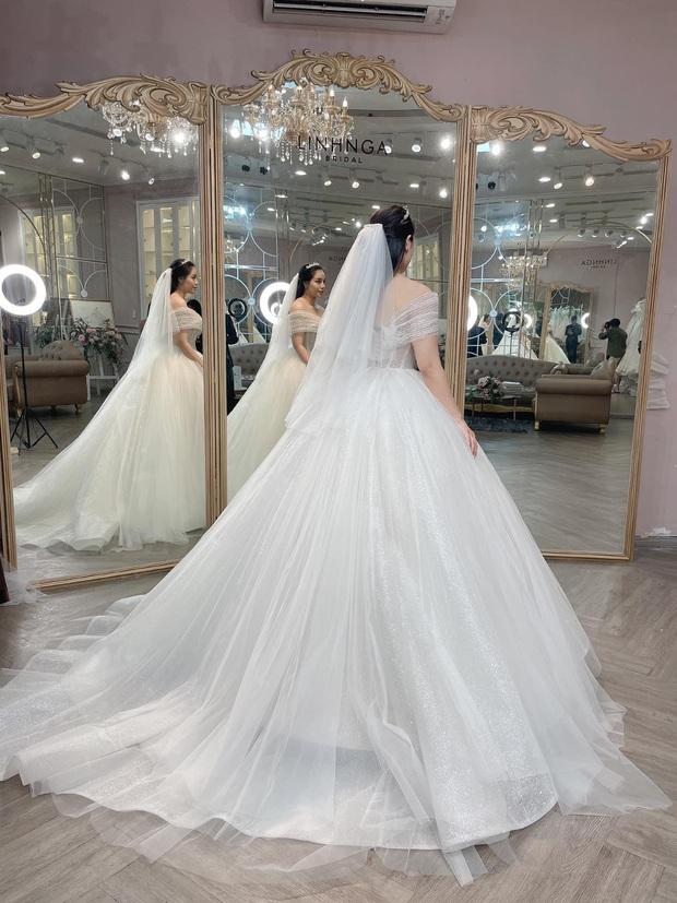 Lộ ảnh Khánh Linh diện váy cưới xinh đẹp bên Tiến Dũng bảnh bao: Đúng cô dâu - chú rể đây rồi - Ảnh 2.
