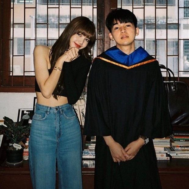 Lisa (BLACKPINK) dự lễ tốt nghiệp của bạn thân: Chiếm cả spotlight của nhân vật chính vì nhan sắc đẹp đến phát hờn - Ảnh 2.