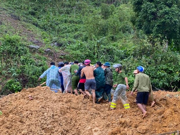 Clip khoảnh khắc sạt lở núi vùi lấp người đi đường ở Quảng Nam: Chạy, chạy, chạy đi… - Ảnh 3.
