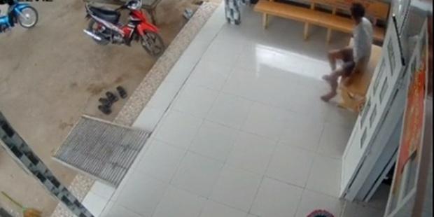 Nghe tin con gái đi học xa sắp về, mẹ liền gửi đoạn video ghi hành động lạ của bố khiến cô khóc nức nở - Ảnh 1.