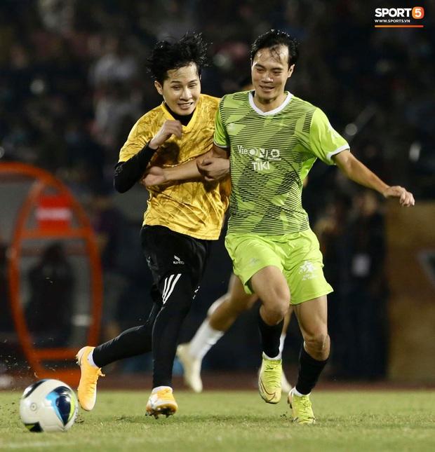 """Cris Phan ghi bàn đẹp khó tin vào lưới """"thủ môn"""" tuyển Việt Nam - Ảnh 1."""