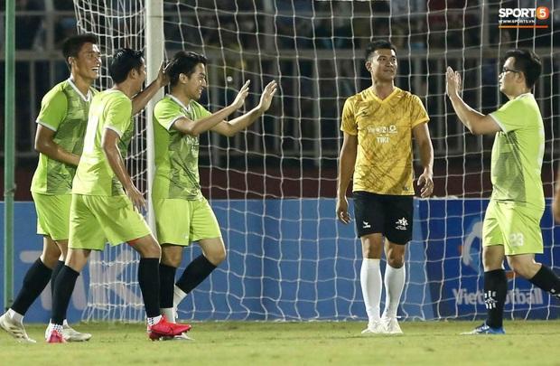 """Cris Phan ghi bàn đẹp khó tin vào lưới """"thủ môn"""" tuyển Việt Nam - Ảnh 4."""
