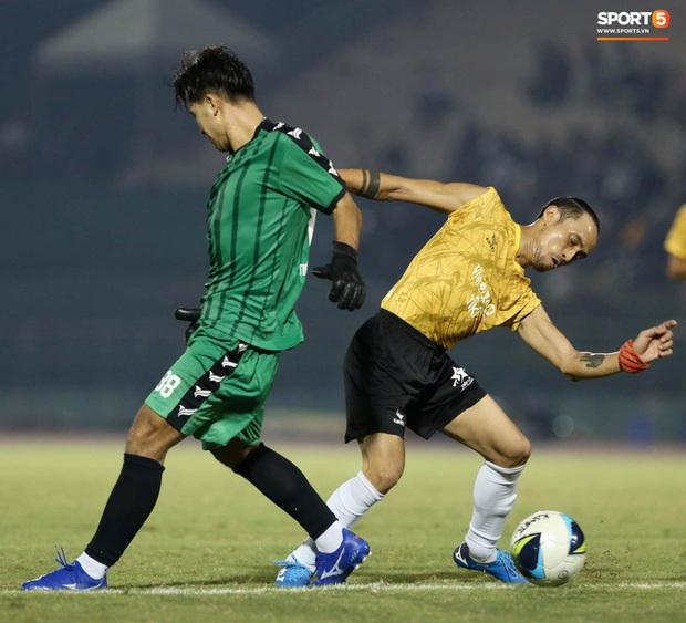 Đóng vai thủ môn bất đắc dĩ, Hà Đức Chinh bị đội của Jack cho ăn hành - Ảnh 2.
