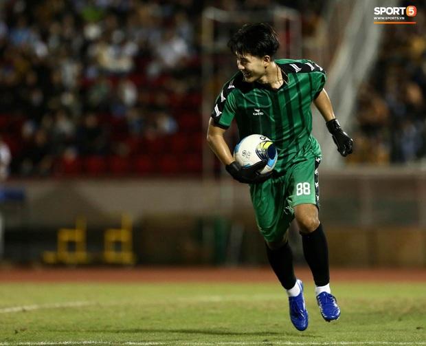Đóng vai thủ môn bất đắc dĩ, Hà Đức Chinh bị đội của Jack cho ăn hành - Ảnh 1.