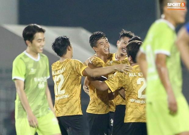 Đóng vai thủ môn bất đắc dĩ, Hà Đức Chinh bị đội của Jack cho ăn hành - Ảnh 3.
