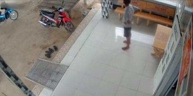 Nghe tin con gái đi học xa sắp về, mẹ liền gửi đoạn video ghi hành động lạ của bố khiến cô khóc nức nở - Ảnh 2.
