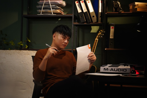 Mải mê làm việc với danh ca Hiền Hồ, Vương Anh Tú khiến bạn gái Diễm My 9X nổi trận lôi đình trong MV Cuộc Gọi Nhỡ - Ảnh 2.