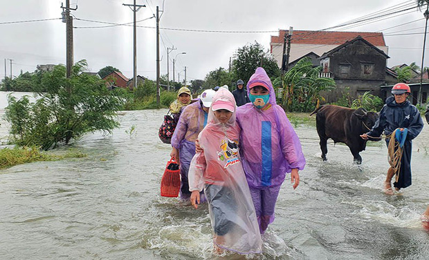 Phú Yên: Nhiều nơi nước dâng cao, ngập lụt nghiêm trọng, người dân phải chạy lũ trong đêm - Ảnh 4.