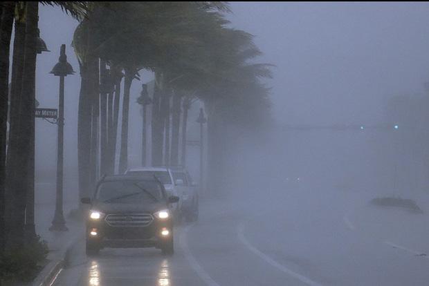 Bão Eta đổ bộ vào Florida, gây ngập lụt nghiêm trọng - Ảnh 2.