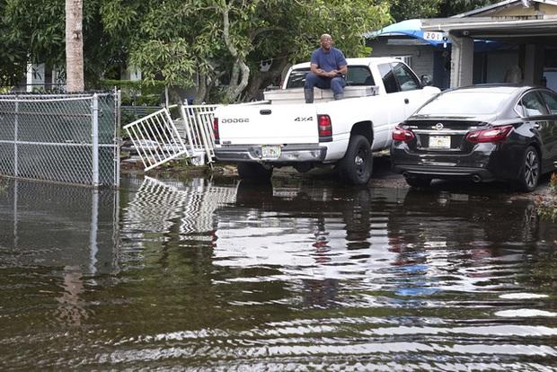 Bão Eta đổ bộ vào Florida, gây ngập lụt nghiêm trọng - Ảnh 3.