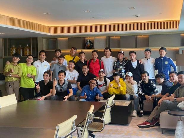 Độ Mixi, Cris Phan tham gia trận đấu giao hữu gây quỹ vì miền Trung cùng Jack và Quang Hải - Ảnh 1.