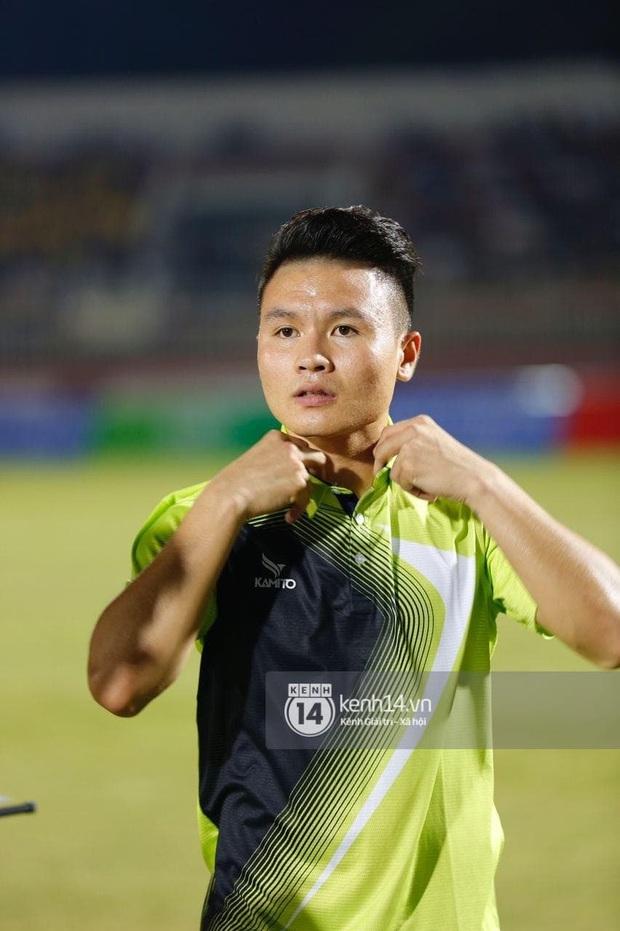 Dàn cầu thủ và sao Việt cực cháy trong trận bóng đá vì miền Trung, khoảnh khắc Jack - Quang Hải chung khung hình gây sốt - Ảnh 4.