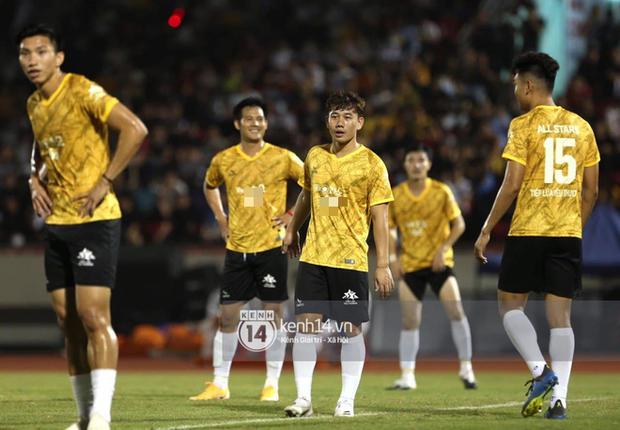 Dàn cầu thủ và sao Việt cực cháy trong trận bóng đá vì miền Trung, khoảnh khắc Jack - Quang Hải chung khung hình gây sốt - Ảnh 12.