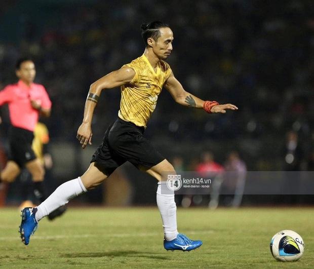 Dàn cầu thủ và sao Việt cực cháy trong trận bóng đá vì miền Trung, khoảnh khắc Jack - Quang Hải chung khung hình gây sốt - Ảnh 8.