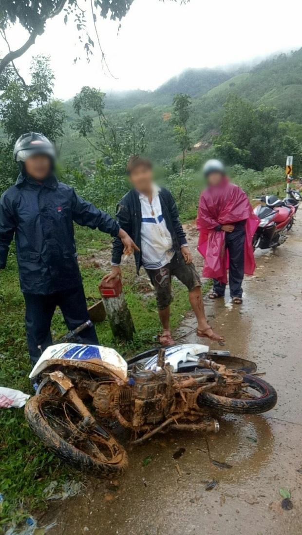Tự ý dỡ rào chắn đi qua khu vực nguy hiểm, 2 thanh niên bị sạt lở núi vùi lấp suýt chết - Ảnh 2.