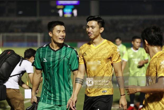 Dàn cầu thủ và sao Việt cực cháy trong trận bóng đá vì miền Trung, khoảnh khắc Jack - Quang Hải chung khung hình gây sốt - Ảnh 10.