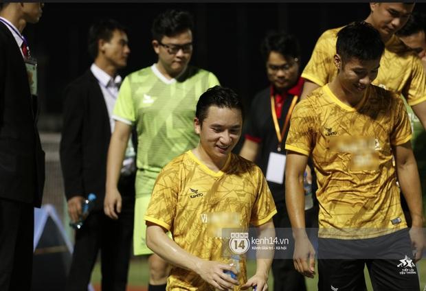 Dàn cầu thủ và sao Việt cực cháy trong trận bóng đá vì miền Trung, khoảnh khắc Jack - Quang Hải chung khung hình gây sốt - Ảnh 6.