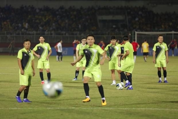 Dàn cầu thủ và sao Việt cực cháy trong trận bóng đá vì miền Trung, khoảnh khắc Jack - Quang Hải chung khung hình gây sốt - Ảnh 9.